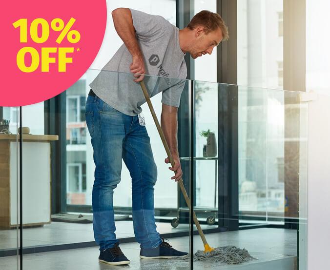 profissional fazendo uma limpeza comum