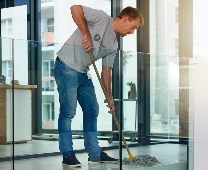 profissional fazendo uma limpeza comercial