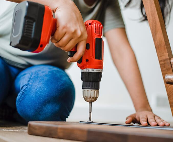 profissional fazendo uma montagem de móveis