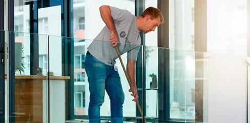 foto de uma profissional executando um serviço de limpeaza comercial