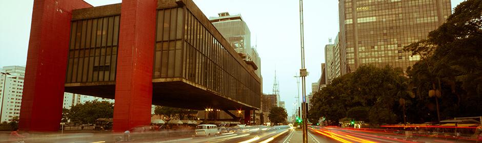 FOTO: imagem da avanida Paulista, com parte da avenida e parte do MASP.